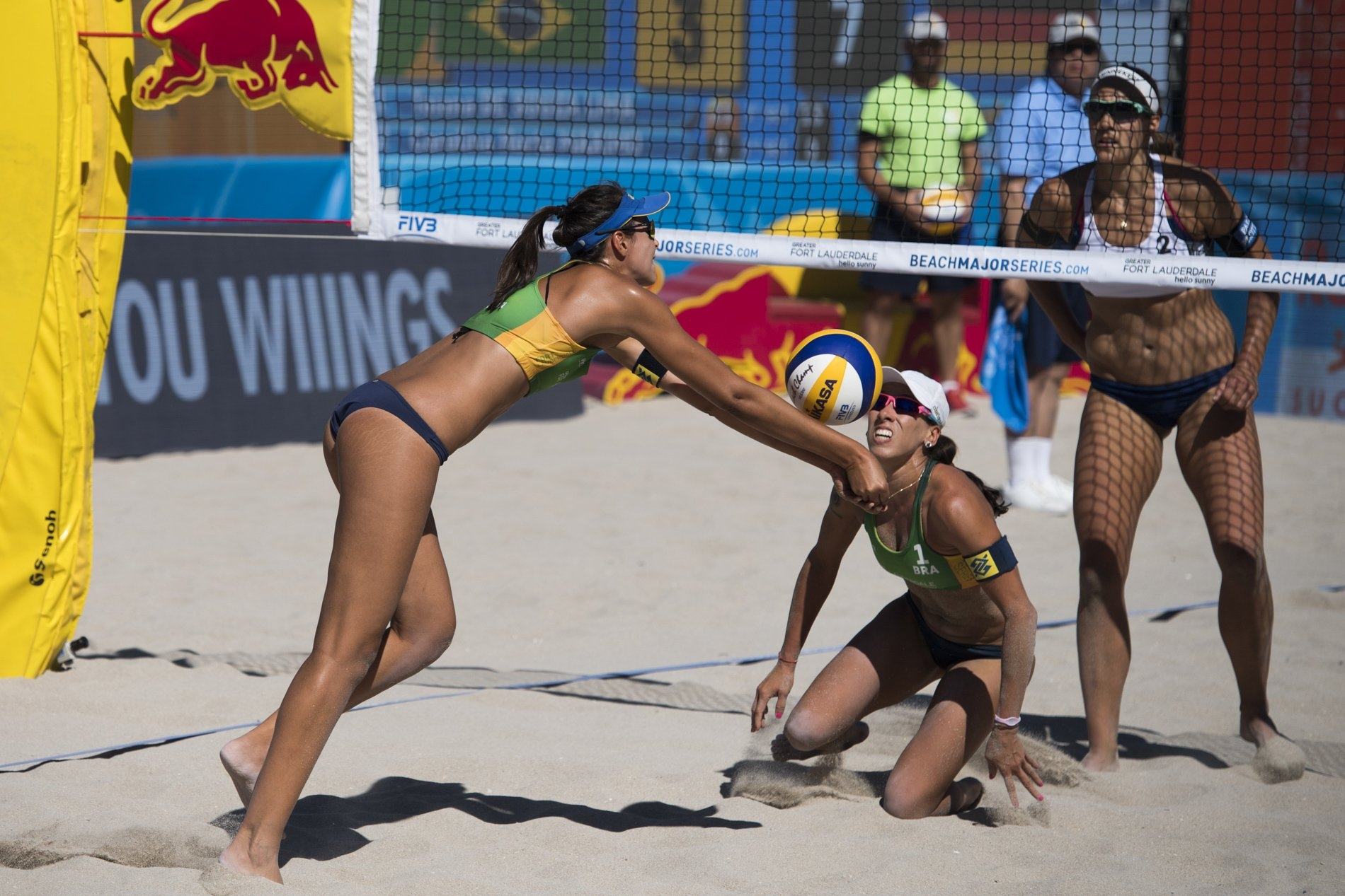 Carol Horta and Taiana prevailed in the last points of the third set to book theirs places in the gold medal match
